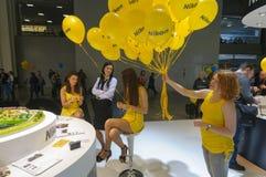 Filles au stand de Nikon Photos stock