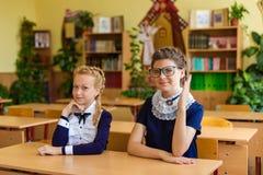 Filles aux bureaux d'école Photos stock
