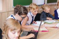 Filles aux bureaux d'école Photo libre de droits