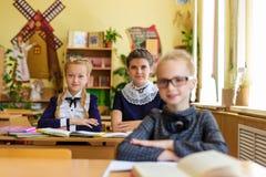 Filles aux bureaux d'école Image stock