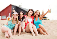 Filles avec des boissons sur la plage Images libres de droits