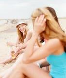 Filles avec des boissons sur la plage Photo stock