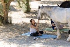 Filles avec des chevaux images libres de droits