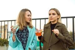 Filles avec des cocktails photographie stock libre de droits