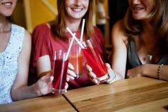 Filles avec des cocktails Photos stock