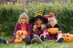 Filles avec des festins de Halloween Photographie stock libre de droits