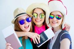 Filles avec des passeports et des billets Photos stock