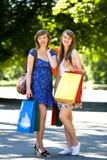 Filles avec des sacs à provisions Photo stock