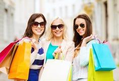 Filles avec des sacs à provisions dans ctiy Photo stock