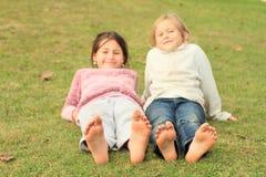 Filles avec des smiley sur des orteils Images stock