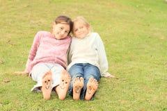Filles avec des smiley sur des orteils et des semelles Photos libres de droits