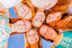 Filles avec des têtes regardant ensemble vers le bas Photographie stock libre de droits