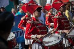 Filles avec des tambours sur le défilé photo stock