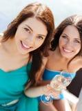 Filles avec des verres de champagne sur le bateau Photographie stock libre de droits