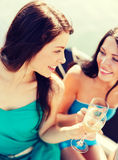 Filles avec des verres de champagne sur le bateau Photos libres de droits
