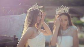 Filles avec du charme dans les robes blanches brodées avec banque de vidéos
