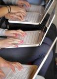 Filles avec l'ordinateur portatif Image libre de droits