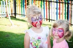 Filles avec la peinture de visage de papillon Image libre de droits