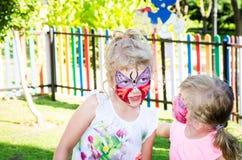 Filles avec la peinture de visage de papillon Photos libres de droits