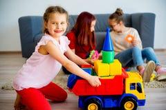 Filles avec la voiture de jouet Image stock