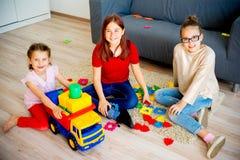 Filles avec le camion de jouet Image stock