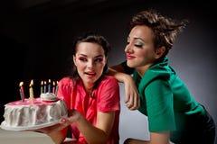 Filles avec le gâteau. Images stock