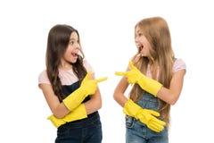 Filles avec les gants protecteurs en caoutchouc jaunes pr?ts pour le nettoyage Fonctions de m?nage Petite aide Amour mignon d'enf images libres de droits