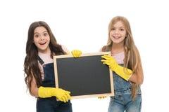 Filles avec les gants protecteurs en caoutchouc pr?ts pour le nettoyage Fonctions de m?nage Petite aide Nettoyage mignon d'enfant image stock