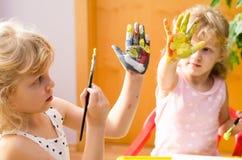 Filles avec les mains peintes Images stock