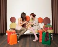 Filles avec rire de sacs à provisions Photo libre de droits