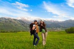 Filles avec un sac à dos en montagnes images libres de droits