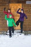 Filles ayant l'amusement à une loge en hiver Photos stock