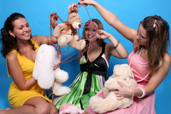 Filles ayant l'amusement avec leurs jouets Image libre de droits