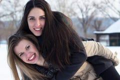 Filles ayant l'amusement dans la neige Images libres de droits