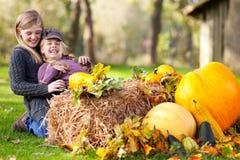 Filles ayant l'amusement extérieur en automne photo stock