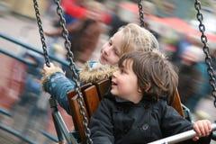 Filles ayant l'amusement sur le carrousel Image stock