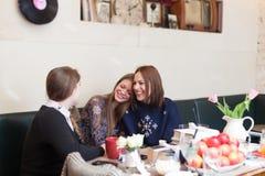 Filles ayant l'amusement tout en se reposant dans le café Photo libre de droits