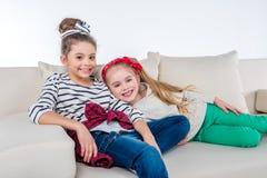 Filles ayant le repos sur le sofa Photographie stock