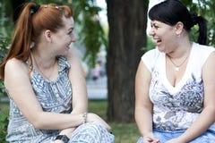 Filles ayant une conversation Photos libres de droits