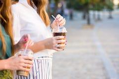 Filles ayant une tasse de café dehors Photos libres de droits