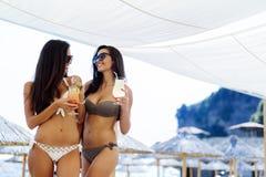Filles buvant des cocktails sur la plage Images libres de droits