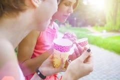 Filles buvant du café en parc Images libres de droits