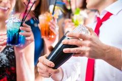Filles célébrant dans la barre de cocktail Photographie stock