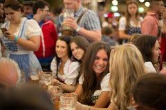 Filles célébrant l'Oktoberfest Photographie stock libre de droits