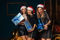 Filles célébrant Noël avec le cadeau dans des mains Image libre de droits