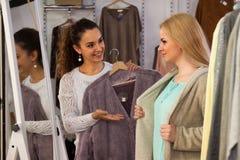 Filles choisissant des vêtements Images libres de droits