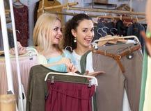 Filles choisissant des vêtements Image libre de droits
