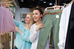 Filles choisissant des vêtements Photos stock