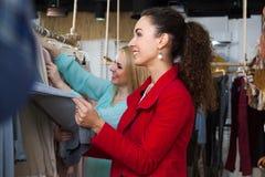 Filles choisissant des vêtements Photo stock