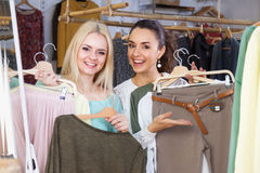 Filles choisissant des vêtements Image stock